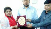 বাংলাদেশ রিপোর্টার্স এসোসিয়েশন কেন্দ্রীয় কমিটির সাংস্কৃতিক সচিব আখিঁ আক্তারকে শুভেচ্ছা স্মারক প্রদান