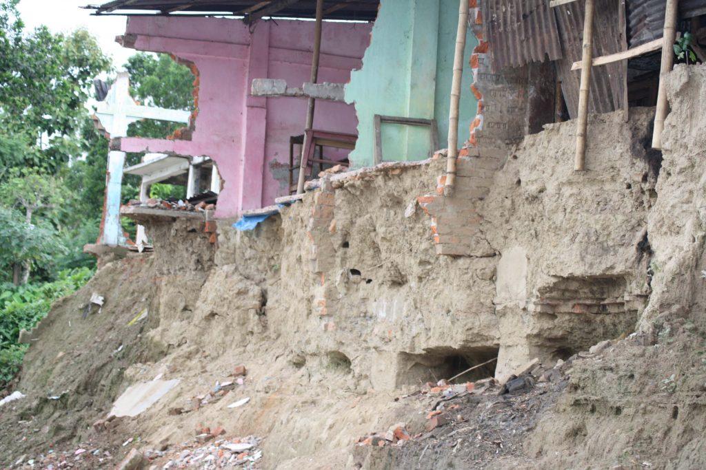 কুলাউড়ায় মনুনদী বেড়ীবাঁধ ভেঙ্গে বিলীন হয়ে যাচ্ছে কাউকাপন বাজার